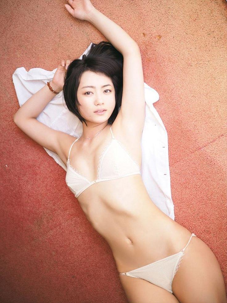 横たわる森田涼花