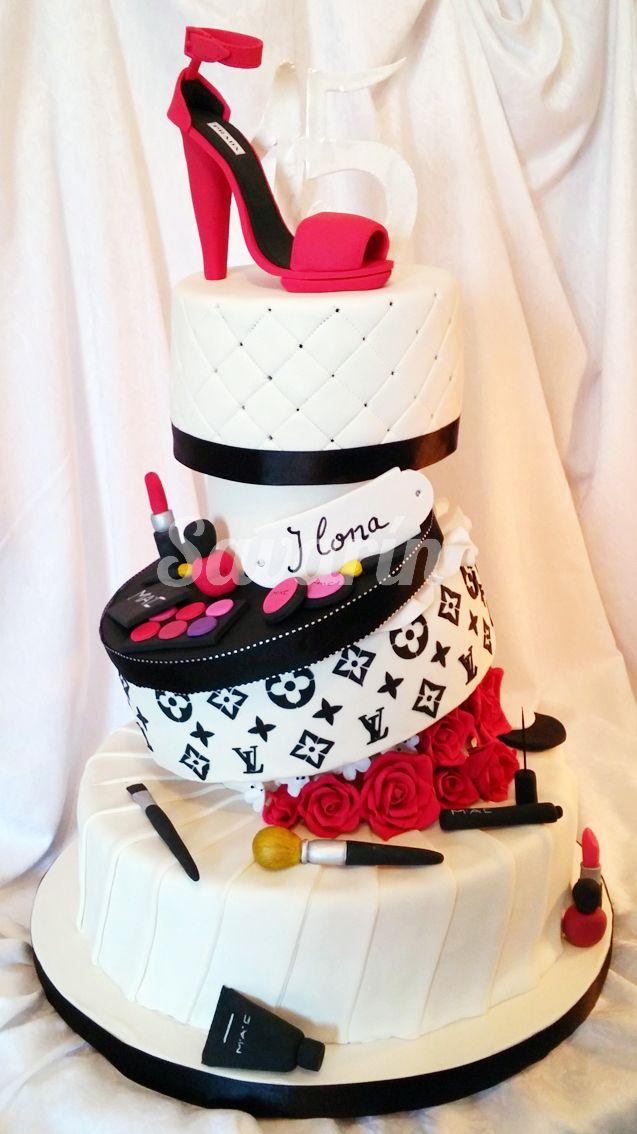 Torta de cumpleaños de 15 años, con decoraciones en azúcar.