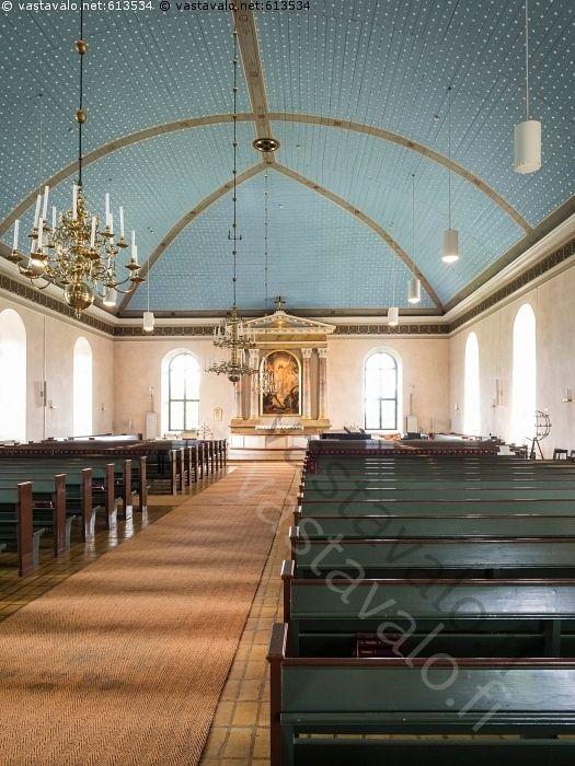 Uskelan kirkko - Uskelan kirkko vanha keskikäytävä penkit keskilaiva evankelisluterilainen yksilaivainen pitkäkirkko kirkkorakennus uskonnollinen arkkitehtuuri Carl Ludvig Engel katto kattokruunu