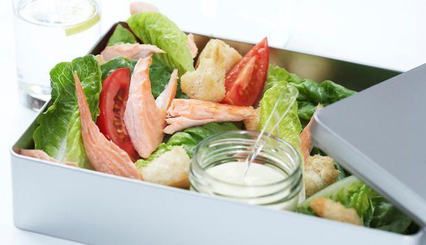 Hva med salat med laks og hjemmelaget dressing i matpakken? #fisk #oppskrift