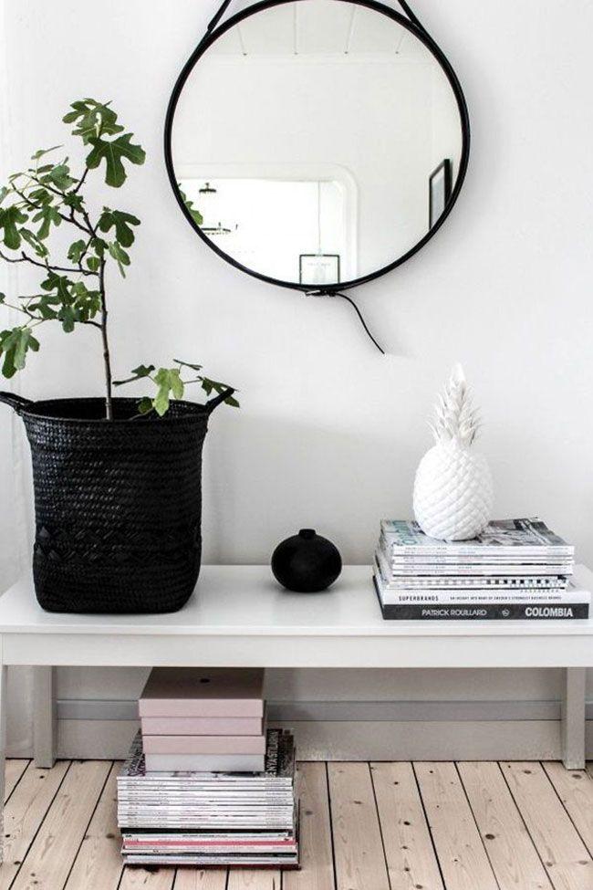 Mooie grote ronde spiegel moet stoere zwart leren band.