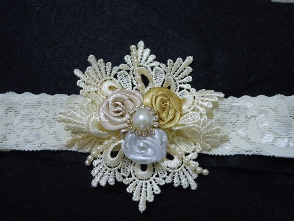 Tiara faixa em renda elástica pérola, com flor de renda com rosas pérola e estras. R$ 20,00