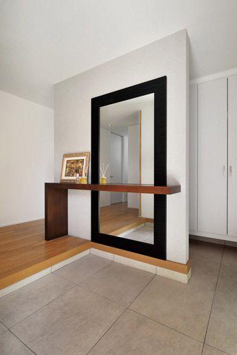 大きな鏡がアクセントになった玄関