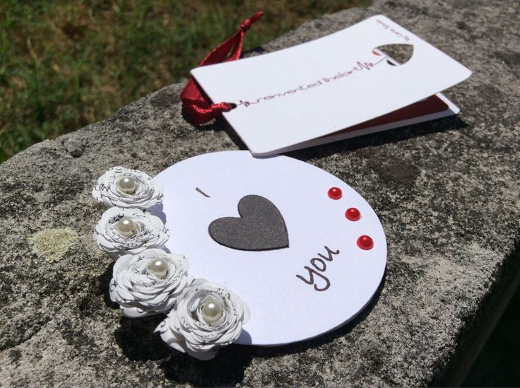 Íman de frigorífico personalizável  Material: amor, cartolina, papel e missangas  Customizable fridge magnet  Material: love, cardstock, paper and beads