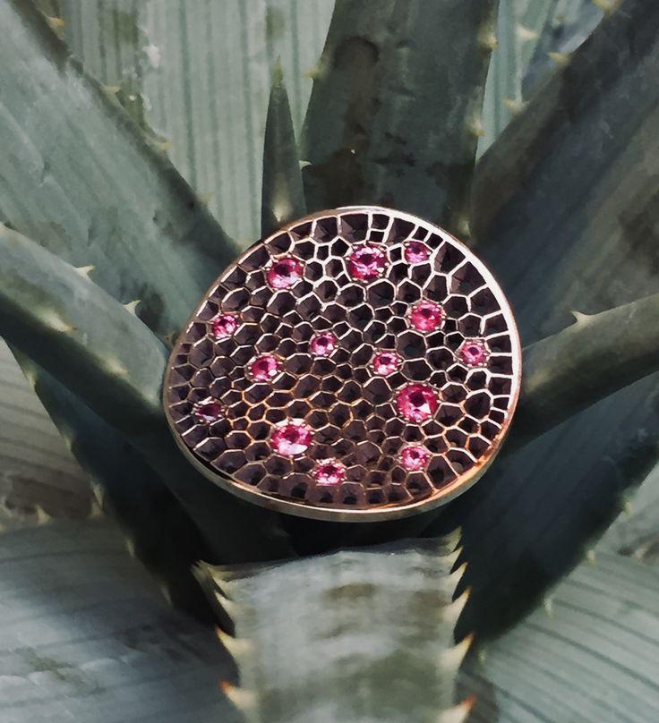 www.etsy.com/it/shop/mpjewelsmilano.  Anello jours high jewelry rubini, realizzato in oro rosa, bronzo e rubini naturali non scaldati, per complessivi carati 1,20. La parte in oro rosa, è quella che avvolge il dito, mentre la parte traforata è in bronzo. Jewel high jewelry rubs ring, made of pink gold, bronze and unripe natural rubies, for total 1.20 carats. The pink gold part is the one that wraps your finger while the perforated part is in bronze.