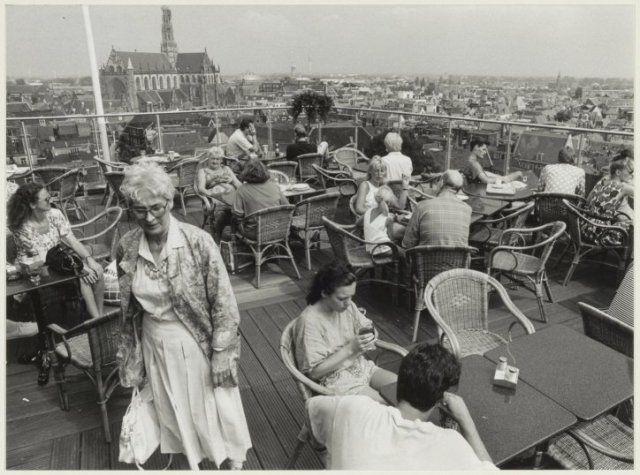 """Verwulft, Vroom en Dreesmann, dakterras van restaurant """"La Place"""" 1991"""