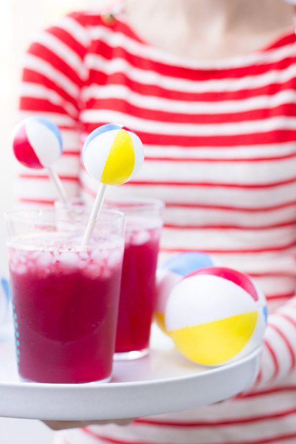 Idee per un party estivo: palloni da spiaggia per girare il cocktail :)