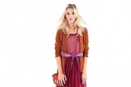 Vestido de gasa asimétrico, cárdigan, pañuelo de seda estampado. #Moda #Plisado