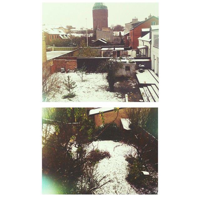 Stora flingor faller i Malmö. Mobilkameran ville inte fånga dem men så här ser utsikten ut från vårt hus. Hoppas snön stannar.
