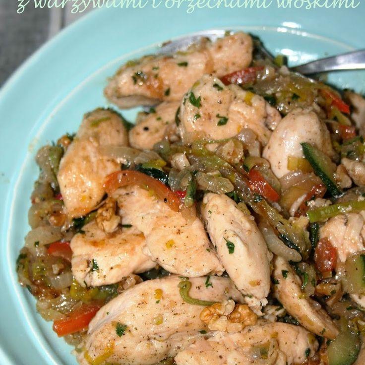 Szybka potrawka z piersi kurczaka z warzywami i orzechami włoskimi