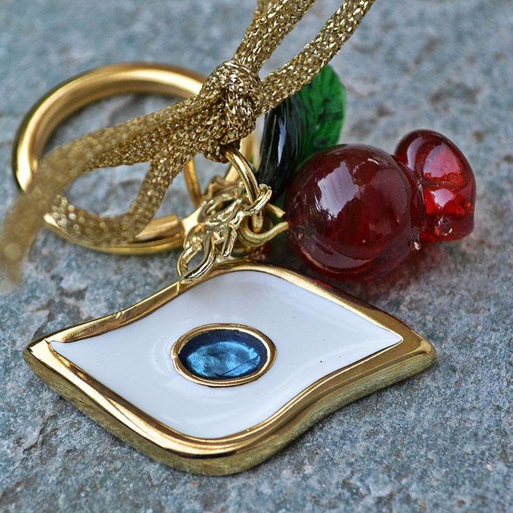 Για να μην σας πιάνει το μάτι, φτιάξαμε ένα μπρούτζινο μάτι με λευκό σμάλτο και γαλάζια πέτρα, μπρελόκ με γυάλινα στοιχεία.