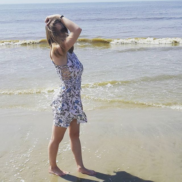 Latergram de ma journée d'hier, il faisait tellement beau que je n'ai pas résisté à un tour à la plage... 👒👗 Malheureusement les températures rechutent déjà aujourd'hui! Le mois de mai dans le nord c'est toujours le bazar niveau météo 😅 ! Bonne semaine mes petites paillettes 😚  #paillettenature #paillette #nature #blog #blogueuse #france #frenchblogger #tenue #outfit #spring #dress #laced #flowers #plage #sable #france #beach #cotedopale #ootd