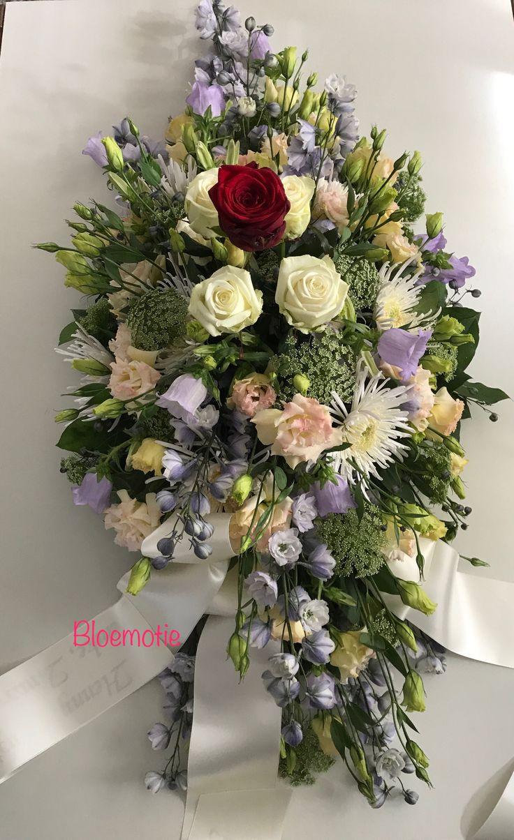Mooi symbolisch Rouwarrangement mogen maken. De rode roos staat voor de vrouw van de overledene en de 4 witte rozen voor de kinderen en kleinkinderen. De rozen kwamen mooi recht boven het bloemstuk uit en stonden centraal. Het bloemstuk zacht en vol.   Ik wens de familie veel sterkte komende tijd. Dankbaar dat ik deze foto mag plaatsen.