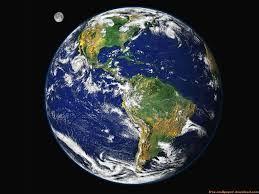 06 – Con todo ello, Colón concibió la audaz y ambiciosa empresa de abrir una ruta naval hacia Asia por el oeste, basado en la acertada hipótesis de que la Tierra era redonda, y en el doble error de suponerla más pequeña de lo que es y de ignorar la existencia del continente americano, que se interponía en la ruta proyectada.