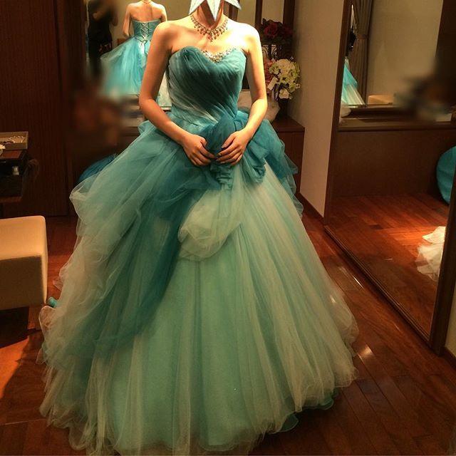 カラードレスレポ②  グリーンに見えるけど、ブルー・マギーというドレスだそうです✨  ウエディングドレスをスレンダーな感じにしたかったのでカラードレスは少しボリュームがあってもいいかなーと♡  #カラードレス#寒色#wedding #ドレス試着#選ばなかったシリーズ #タカミブライダル