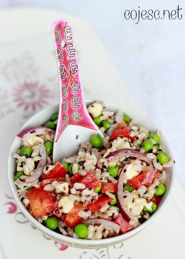 Sałatka z ryżem, mozzarellą i czarnym sezamem (dobra do lunchboxa) | Zdrowe przepisy Pauliny Styś