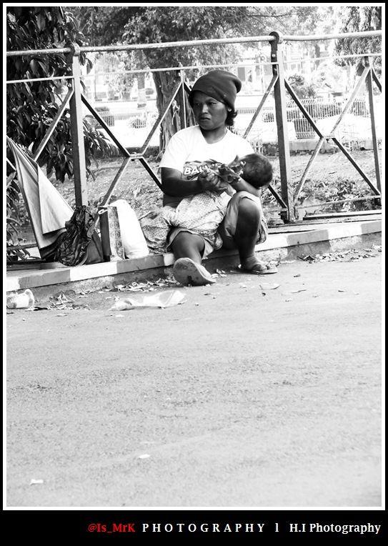 :: Human Interest ::  Ibu....  Kau tau jalanan itu sepi.  Kau tau kau di campakan orang  Kau tau kau selalu jadi bahan cemo.oh an  Kau tau jika para orang orang mengira, itu bukan bayimu.   Tapi.  Bayi itu harus di beri makan.