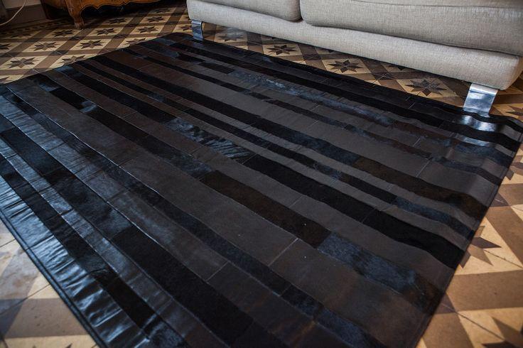 Tapis en Cuir et Peau de Vache Noir http://www.fourrure-privee.com/fr/decoration-fourrure/tapis-assises/tapis-en-cuir-et-peau-de-vache-noir-516