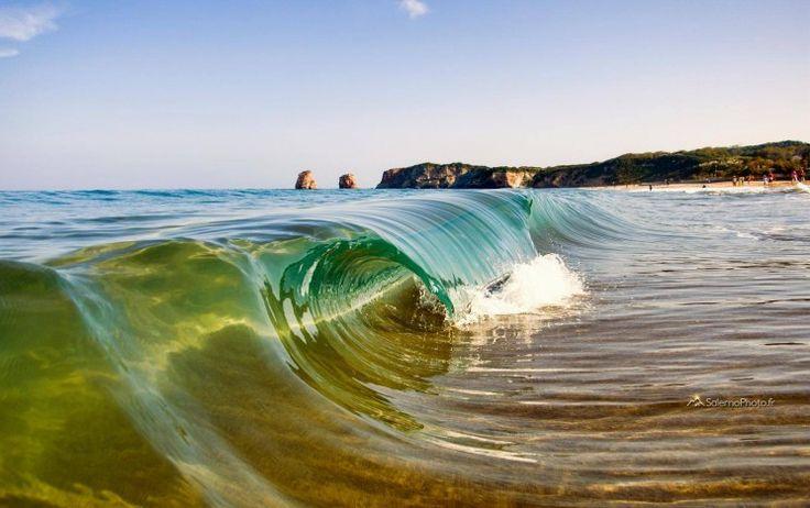 """Photographe surf français de renom et collaborateur de Surf Session depuis des années, Stéphane Salerno s'est découvert une passion pour les mini-vagues, dont il immortalise l'éphémère perfection depuis maintenant plus d'un an : """"je croyais avoir égaré mon caisson (étanche) que j'utilisais pour prendre des photos aquatiques. Je me suis donc rabattu sur ces micro-vagues pour continuer à prendre ce genre de photos mais sans mouiller mon appareil"""".Après avoir exposé son travail c..."""