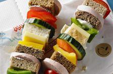Kinder lieben sie – Power-Spieße für die Pause. Brot, Gemüse, Wurst und Käse sind alle mit an Bord. Endlich mal etwas Anderes als das langweilige Wurstbrot.