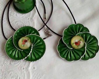 Halskette Anhänger dreifach Grün von Nespresso und Blumen. Geschliffene Kanten oder Blumen