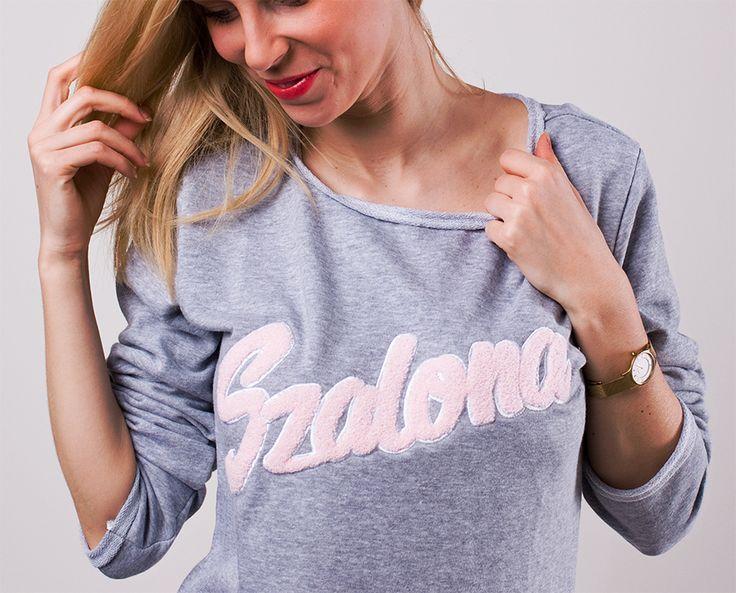 Bluza dresowa z puszystym napisem i wywiniętymi rękawami.