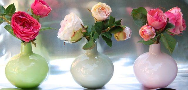 Floreros alemanes con flores artificiales