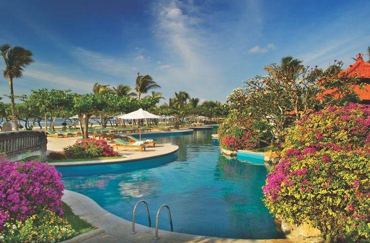 De weg naar de Balinese kamer van het Grand Hyatt Bali is een enkeltje luxe. Een marmeren bad, een zak-erin-weg-bank en genoeg ruimte voor alle Vuittons. Wikkel jezelf in de batik badjas en droom weg op het loungebed buiten op het terras. Het uitzicht? Vrolijke waterlelies in de tuinvijver of de serene lagune van Nusa Dua.  Vanochtend eerst even me-time: een massage in misschien wel de mooiste spa van Bali! En dan vanavond naar de avondmarkt, gewoon in het hotel.