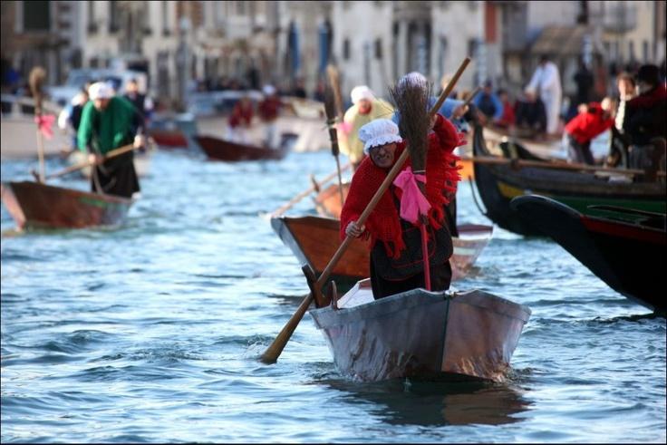 Deelnemers van de 34e Befana Regatta roeien met hun bootjes op het Canal Grande in Venetië. Volgens Italiaanse legendes is een Befana een oude vrouw die kleine kinderen cadeautjes brengt op 6 januari. Een beetje zoals Sinterklaas bij ons, maar dan op Driekoningen.  Photo News