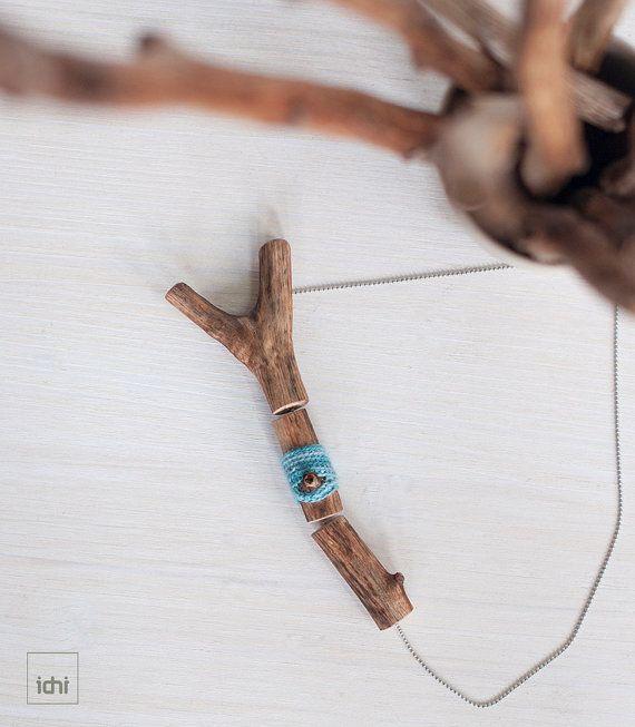 Collar con tronquito de madera natural decorado con por idniama