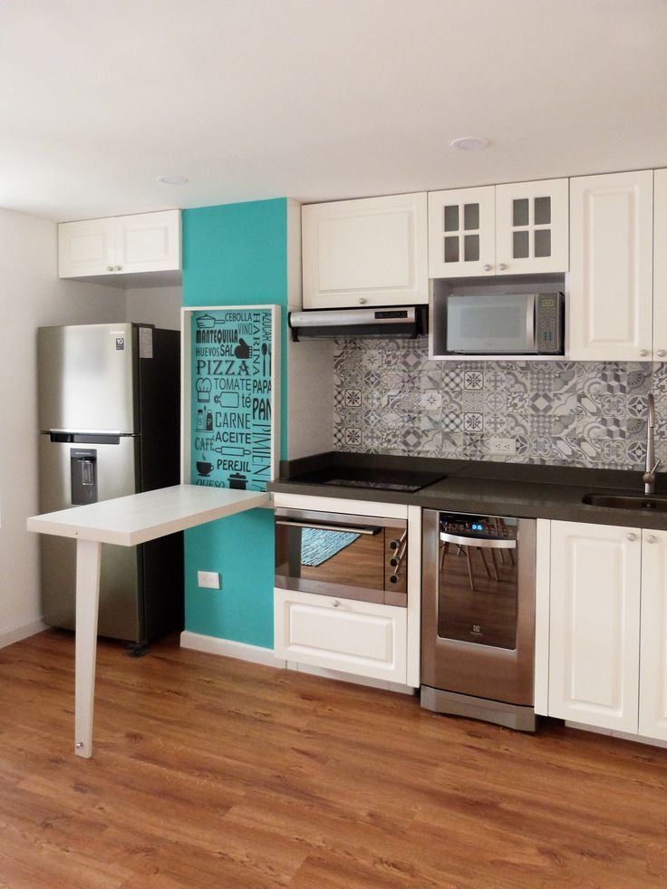 Cocina blanca tendencia vintage con mosaicos en el salpicadero. Se cambió el mobiliario, el mesón, las paredes, la iluminación, el piso y la pintura.