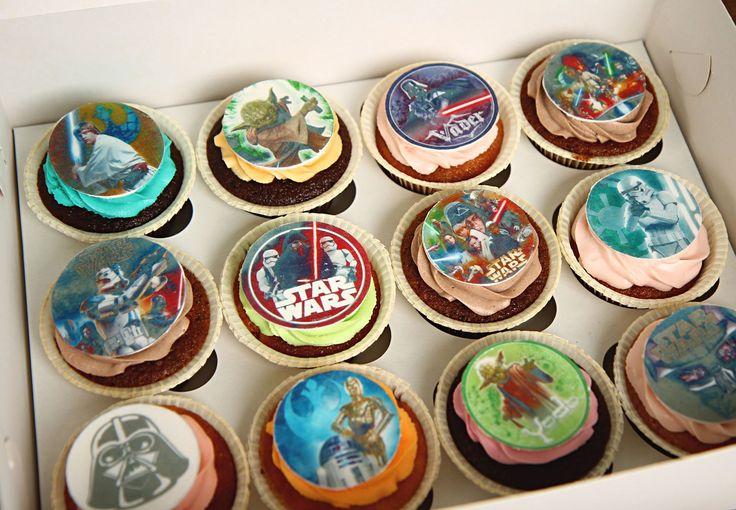 """Капкейки """"Звёздные войны""""  Праздничный стол у космических героев должен выглядеть футуристически👽 Разнообразные блюда для межгалактических пришельцев и их гостей должны быть оформлены должным образом, а джедаи и их друзья смогут выбрать десерт с тем героем который им больше нравится👍  Заказать эти вкуснейшие #капкейки можно всего за 1250₽/наб. при заказе с тортиком или 1550₽/наб. при заказе без торта. Набор весом 600гр. включает в себя 6 капкейков, а #вкус можно выбрать из нашего каталога…"""