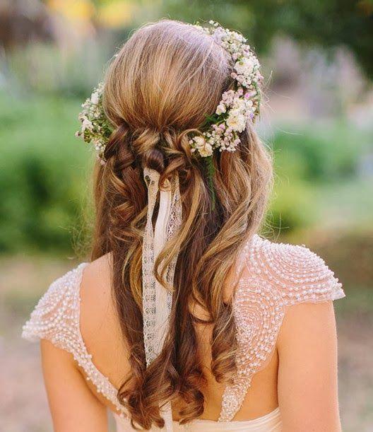 Peinado de novia semi recogido con tiara de flores.