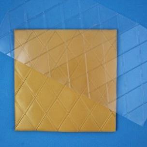 Met deze flexibele impression mat van PME maak je eenvoudig een diamanten afdruk in je fondant, marsepein of gum paste. De afmeting van de diamant is circa 5,5 cm.