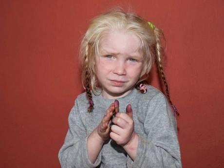 Помогите пожалуйста В Греции начали поиски семьи изъятой у цыган девочки-блондинки