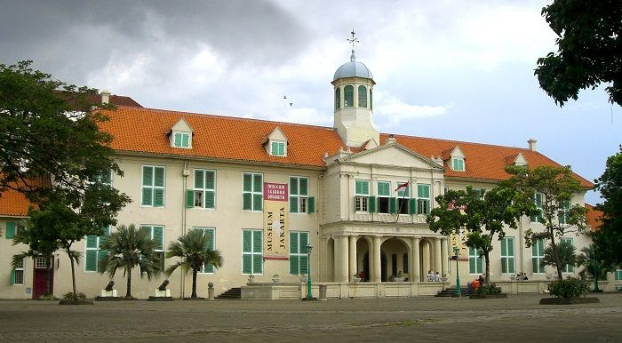 The Jakarta History Museum (also known as Fatahillah Museum) is housed in the former City Hall located in the old part of the city now known as Jakarta Kota, some hundred meters behind the port and warehouses of Sunda Kelapa. Originally called the Stadhuis, this built in 1710 by Governor General van Riebeeck. http://www.goindonesia.com/id/indonesia/jawa/jakarta/obyek_wisata/museum_fatahillah