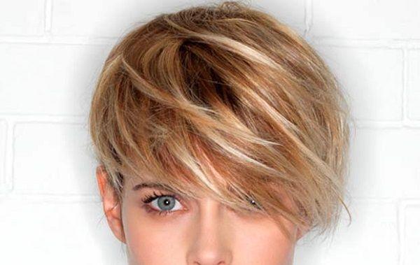 """Nessuno ama i capelli sporchi, ma lavare troppo frequentemente la chioma può danneggiarli, soprattutto se non si utilizzano prodotti protettivi adeguati. In particolare, se avete intenzione di tingere i capelli, evitate di lavarli per almeno 24 ore prima dell'evento, visto e considerato che un capello """"leggermente"""" sporco presenta un accumulo di olio naturale che può proteggere i capelli."""