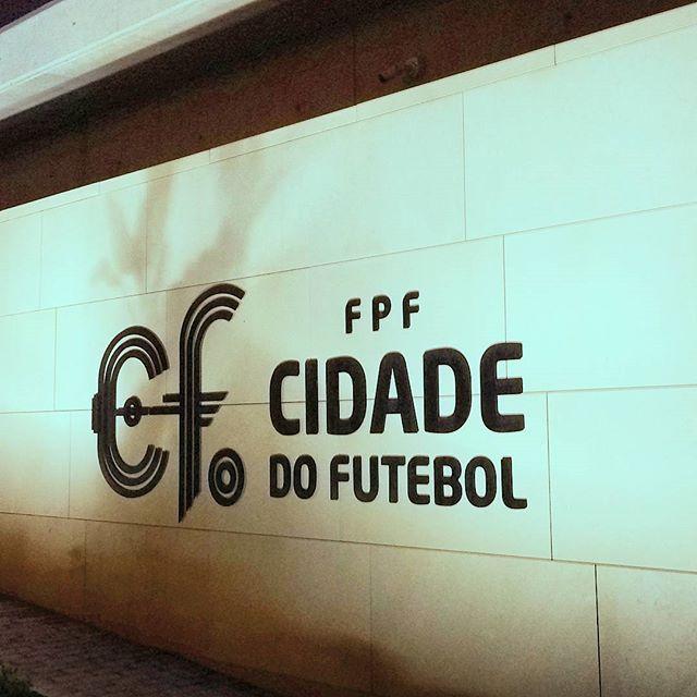 Sítios que eu frequento... 😁 ⚽ #manhasperfeitasblog  #futebol #football #foot #jogo #cidade #city #oeiras #relvado #bola #portugalemfotos #portugal_passion #portugalcomefeitos #1fevereiro2017 #february2017 #portugalemcliques #jogarfutebol #treinos #entrada