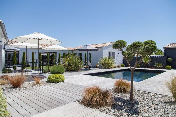 Sublime maison contemporaine situé sur l'ile de Ré. Cette propriété offre tous les bienfaits du modernisme par sa conception.Elle se compose d'un bâtiment principal aux vastes volumes donnant sur un jardin et une piscine,3 chambres d'amis indépendantes co