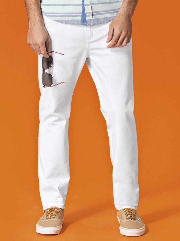 Calça masculina elaborada em sarja que promove perfeita estruturação a peça. Na modelagem skinny, que confere cintura intermediária e leve ajuste ao corpo. Contempla bolsos curvados na parte frontal, passantes para cinto, fechamento de braguilha por zíper e botão metal. Ideal para compor diversos looks com as camisetas e camisas da coleção.