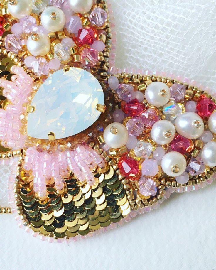 BROOCH PAPILLON SWAROVSKI bijoux femme, bijou unique par JewelrybeadsTresors sur Etsy https://www.etsy.com/fr/listing/589671380/brooch-papillon-swarovski-bijoux-femme