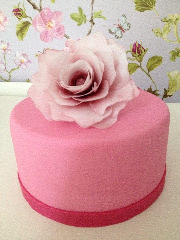 Voorbeeld bruidstaartje met een roos van wafer paper
