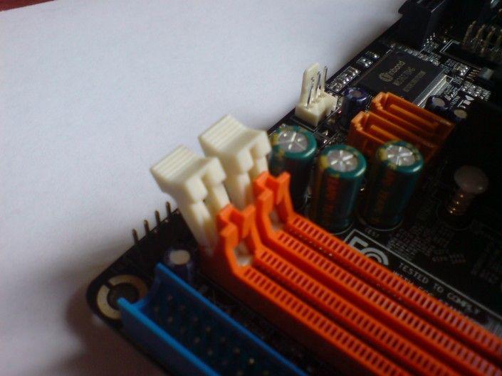 La memoria RAM se aloja en la placa madre.