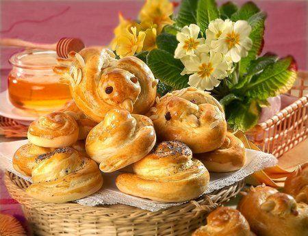 Velikonoční Jidáše skvěle chutnají, ale také mohou posloužit jako pěkná dekorace na jarní věnec.