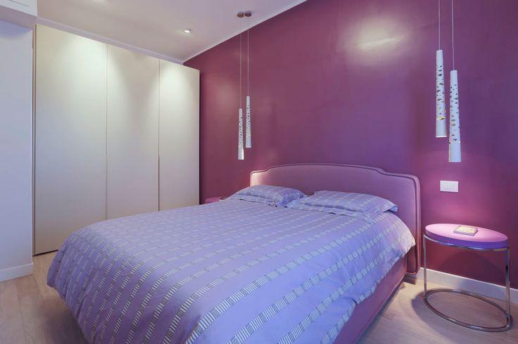 минималистичная спальня в фиолетовых тонах