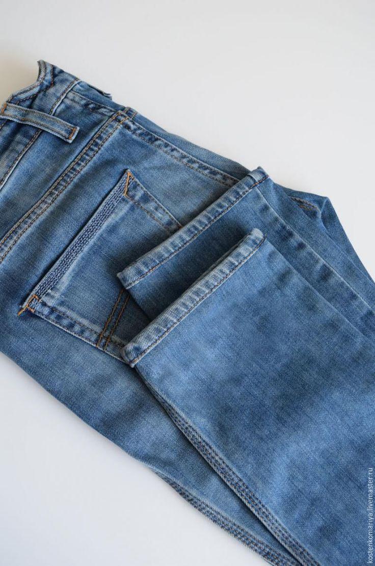 Наверняка, каждый из тех, кто носит джинсы встречался с такой проблемой: как укоротить джинсы, при этом сохранив производственные потертости? Ответ на этот вопрос я предлагаю вашему вниманию. Прошу сразу заметить, что предлагаемые в этом мастер-классе бработки подойдут только прямым или расклешенным моделям. Для работы нам понадобятся: - сами джинсы; - мел или то, чем вам будет удобнее начертить линию, по которой джинсы будут отрезаны.