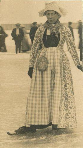 Sijmentje Ypma in Hindelooper klederdracht op het ijs, circa 1928.