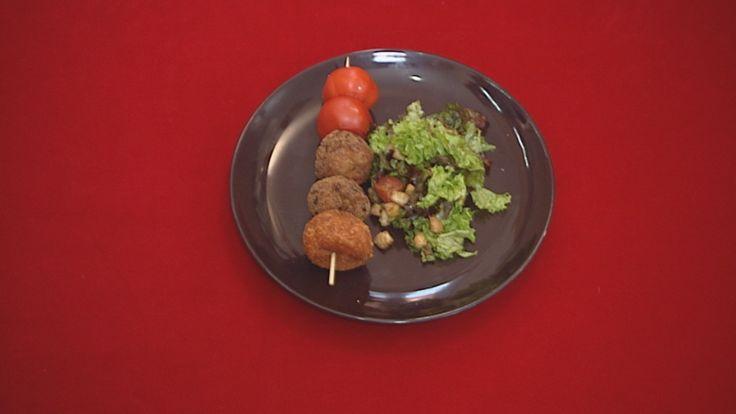 ΟΡΕΚΤΙΚΟ Σουβλάκι καλαμάκι με κεφτεδάκι κοτόπουλο, κεφτεδάκι μοσχάρι, τυροκροκέτες, ντοματίνια ΥΛΙΚΑ: Για τους κοτοκεφτέδες: • 3 στήθη κοτόπουλο χωρίς κόκκαλο • 3 αυγά • 10 φέτες γαλοπούλα καπνιστή • 1 κούπα κρέμα γάλακτος • 1 κούπας φρυγανιά τριμμένη • 2 κούπες κασέρι (γκούντα και edam ή κεφαλογραβιέρα) • αλάτι, πιπέρι, άσπρο πιπέρι • για το τηγάνισμα λίγο λάδι • για το πανάρισμα φρυγανιά τριμμένη
