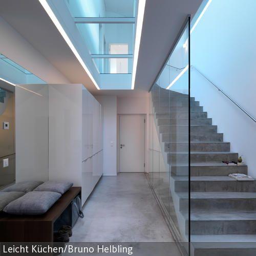 Die Treppe aus Beton sorgt für modernes Design-Flair und ist das Statement des Eingangsbereiches. Durch den Deckenabschnitt aus Glas fällt auch in den unteren…