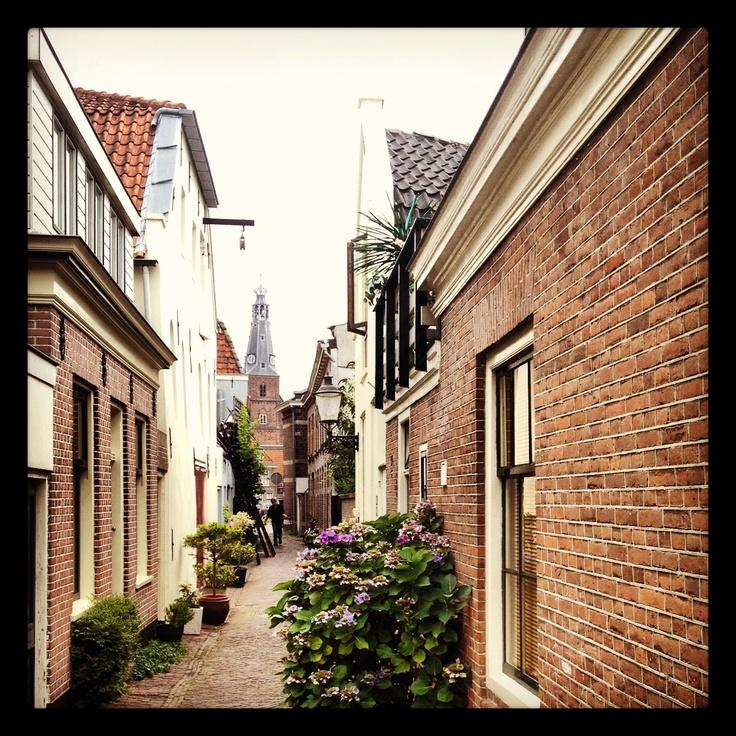 Kromme Elleboogsteeg in Weesp gelegen tussen de Oudegracht en de Nieuwstad